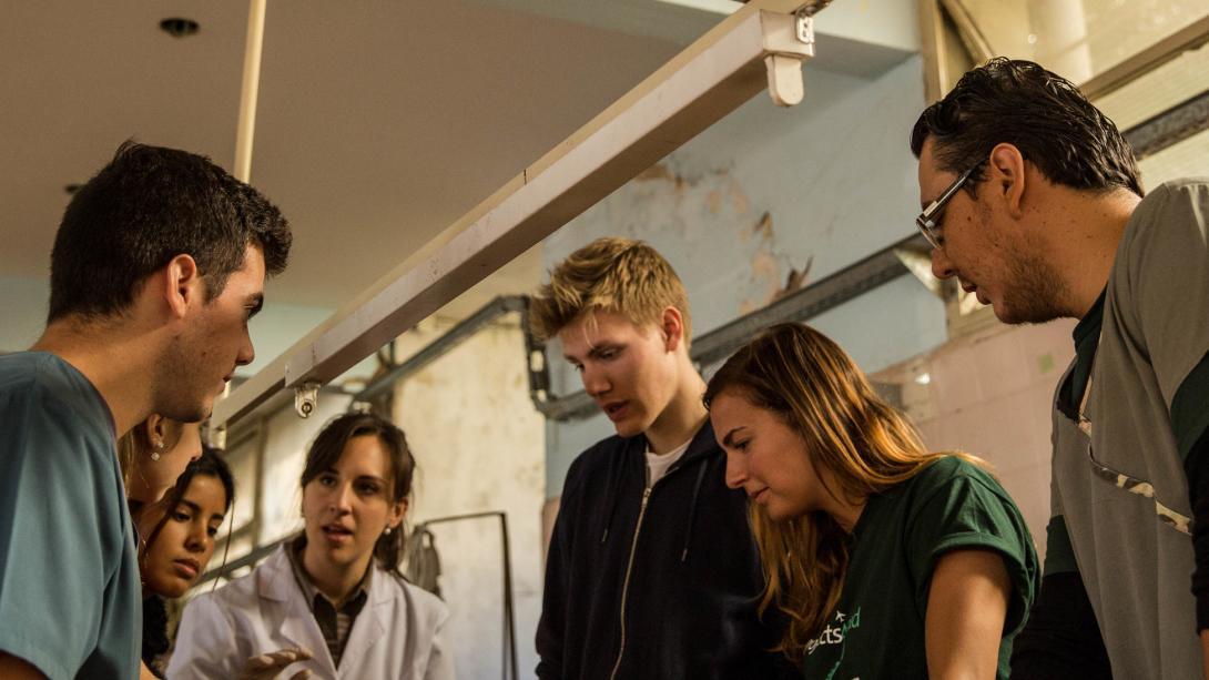 Les stagiaires en médecine observent une procédure dans un hôpital argentin.
